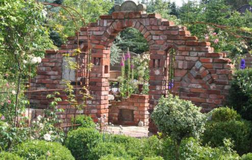 Ruinenmauer im garten m belideen for Gartengestaltung rosenbogen